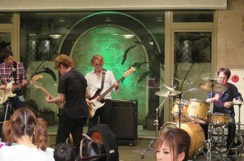 小池社長によるバンド演奏披露