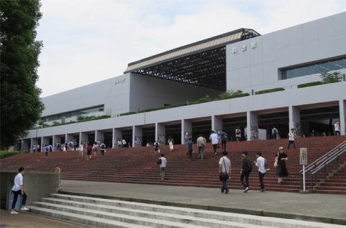 大学時代に村松の声量を鍛えた学生広場