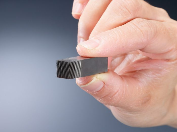 10mm角の素材に1089本の微細ピン形状を加工したワイヤー放電加工サンプル