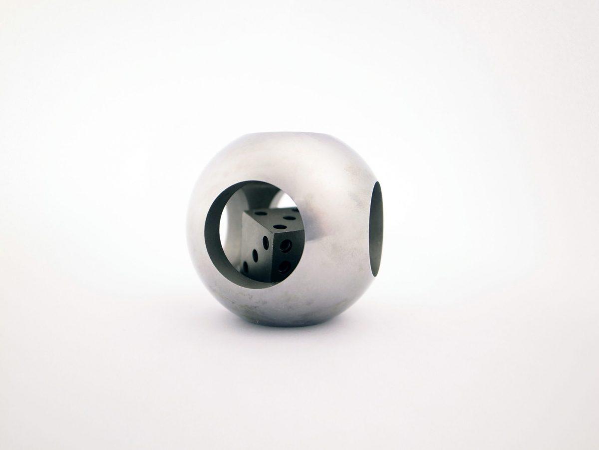球体の中にサイコロを加工した形彫放電加工サンプル